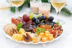 纤巧乳酪和果子板材对假日 免版税库存图片