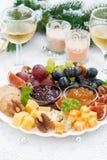 纤巧乳酪和果子板材对在桌上的假日 免版税图库摄影