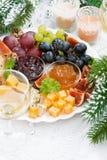 纤巧乳酪和果子板材,垂直,顶视图 免版税图库摄影