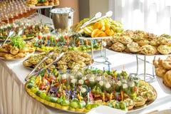 纤巧和快餐在自助餐或宴会 承办酒席 选择聚焦 免版税库存图片