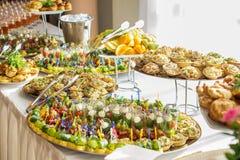 纤巧和快餐在自助餐或宴会 承办酒席 选择聚焦 图库摄影