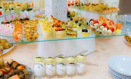 纤巧和快餐在自助餐 海鲜 节目招待会 洗礼 免版税图库摄影