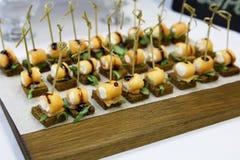 纤巧和快餐在自助餐 免版税库存图片
