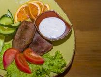 纤巧有新鲜蔬菜的牛舌肉 免版税图库摄影