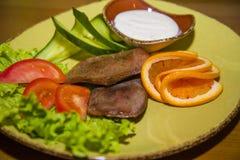 纤巧有新鲜蔬菜的牛舌肉 库存照片