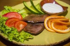 纤巧有新鲜蔬菜的牛舌肉 免版税库存照片