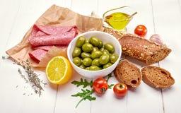 纤巧用橄榄色的香肠和午餐 库存图片