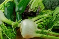 纤巧绿色菜-茴香、夏南瓜、沙拉和硬花甘蓝 免版税库存图片