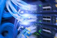 纤维光连接器接口 纤维与技术样式的缆绳服务反对光纤背景 免版税库存图片