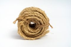 纤维绳索西沙尔麻卷小在被隔绝的白色背景 库存照片