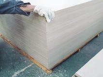 纤维水泥板存贮的室内工厂仓库 免版税图库摄影