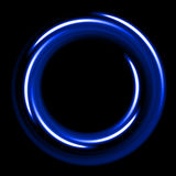 从纤维的蓝色霓虹shinig圈子在黑背景 免版税库存照片