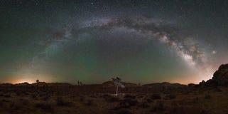 约书亚树国家公园银河全景 免版税库存照片