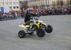约什卡尔奥拉,俄罗斯- 2018年5月5日:在正方形的AutoMotoshow 在ATV StuntRiding自行车前轮离地平衡特技、Stoppie和Akrobatyka的把戏在方形字体骑自行车 库存照片