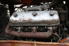 约什卡尔奥拉,俄罗斯- 2017年11月23日:有一个运转的引擎的一台老被放弃的生锈的拖拉机 免版税库存照片