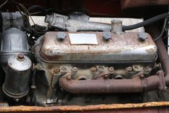 约什卡尔奥拉,俄罗斯- 2017年11月23日:有一个运转的引擎的一台老被放弃的生锈的拖拉机 库存照片