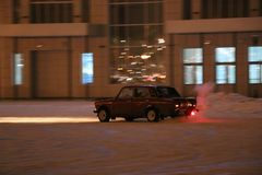 约什卡尔奥拉,俄罗斯- 2017年12月08日:训练在雪的被引导的漂泊,冰和随风飘飞的雪入降雪-漂移在后方d 免版税图库摄影