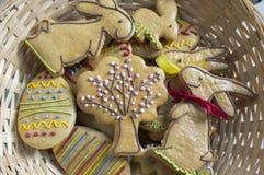 约会两个滑稽的兔宝宝,复活节自创姜饼曲奇饼 库存图片