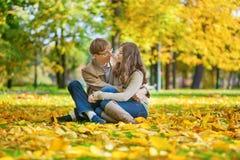 约会夫妇在一明亮的秋天天 免版税图库摄影