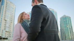 约会夫妇在摩天大楼背景的城市  股票录像
