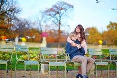 年轻约会夫妇在巴黎在一秋天天 免版税库存图片