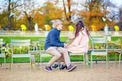 年轻约会夫妇在巴黎在一秋天天 库存图片