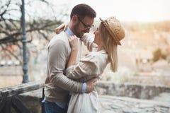约会愉快的夫妇微笑和室外 免版税库存图片