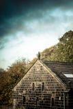 约克夏反对风雨如磐的天空的石头大厦 免版税库存图片