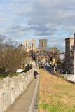 约克市墙壁在历史的约克夏市英国,游人的著名步行有往约克大教堂的看法 库存图片