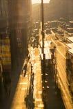约克路的多重曝光图象在日落的 公共汽车、汽车和走的人反对的太阳 伦敦 库存图片