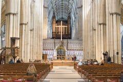约克,英国- 3月29日: 有座位行的走道在约克大教堂cen中 库存图片