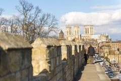 约克,英国- 3月30日: 走在中世纪墙壁t上的步行者 免版税库存照片