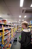约克,英国- 01/10/2018 :snac的年轻人购物 免版税库存图片