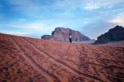 约旦国家公园瓦地伦沙漠 美丽的景色和panoramatic图片 自然本底 日落在沙漠 免版税图库摄影