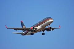 约旦皇家航空巴西航空工业公司ERJ-175 免版税库存图片
