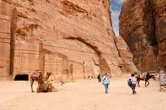 约旦, Petra,古老大墓地到岩石里 免版税库存照片