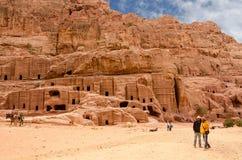 约旦, Petra,古老大墓地雕刻了入岩石 库存图片