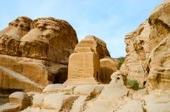 约旦, Petra,在途中的岩石向峡谷 库存照片