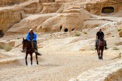 约旦, Petra 在路的车手在峡谷 图库摄影