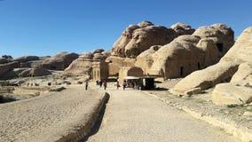 约旦,Petra - 2019年1月4日 在途中的游人对著名Petra 免版税图库摄影