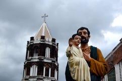约瑟夫便宜,正派雕象有婴儿台尔Remedio教堂塔耶稣infront的  免版税库存图片