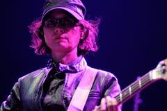 约瑟芬Wiggs,交配动物者的低音演奏员结合,执行在海涅肯Primavera声音2013年节日 免版税库存照片