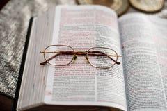 约翰与读书放大镜的3:16圣经 免版税库存图片