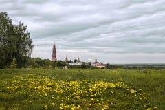 约翰古老白石头正统修道院的美丽的景色神学家金黄圆顶 横跨dand的领域的看法 免版税库存图片