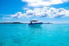 约翰尼岩礁,哥伦比亚- 2017年10月21日:一个人航行的惊人的美丽的景色在一条小船的在gorgeos大海,圣 免版税库存照片