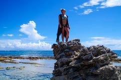 约翰尼岩礁,哥伦比亚- 2017年10月21日:享受在一个岩石的未认出的白肤金发的妇女美好的晴天在 免版税图库摄影