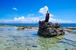 约翰尼岩礁,哥伦比亚- 2017年10月21日:享受在一个岩石的未认出的白肤金发的妇女美好的晴天在 库存照片