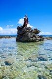 约翰尼岩礁,哥伦比亚- 2017年10月21日:享受在一个岩石的未认出的白肤金发的妇女美好的晴天在 免版税库存照片