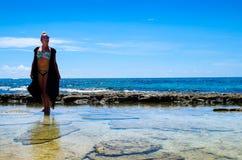 约翰尼岩礁,哥伦比亚- 2017年10月21日:享受在约翰尼岩礁海岸的未认出的妇女美好的晴天  免版税库存图片