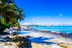 约翰尼岩礁,哥伦比亚- 2017年10月21日:享受美好的晴天和游泳在水中的未认出的人民 免版税库存照片